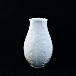 Okazały wazon stworzony niejako z  porcelanowych liści