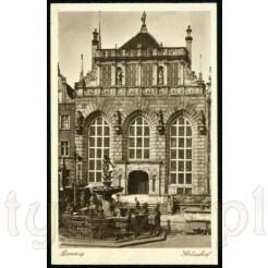 Okazały gmach Dworu Artusa w Gdańsku zdobiony okazałymi posągami