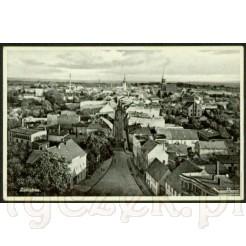 Widok na miasto Sulechów, jego zabudowę, wieżę kościelną oraz budynek ratusza na dawnej widokówce