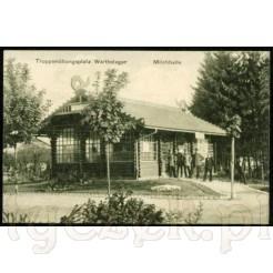 Stara, miękka kartka pocztowa przedstawiająca Milchhalle- Mleczarnię i wojskowych w mundurach