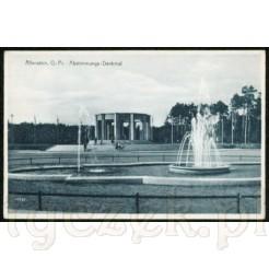 Awers widokówki z Allenstein, na pierwszym planie fontanna oraz pomnik plebiscytowy