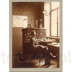 Łącznica telefoniczna na dawnej fotografii datowana na lata 1910-1930