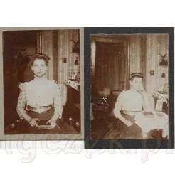 Dwie fotografie na kartonikach przedstawiające młodą dziewczynę pozującą w stylowym wnętrzu