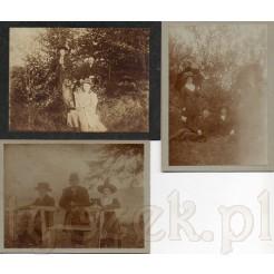 Moda retro uwieczniona podczas rodzinnego spaceru z psem po lesie