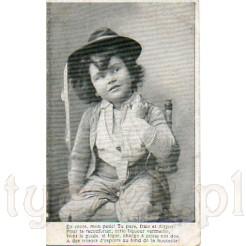 Mały chłopiec z bukłakiem likieru na dawnej pocztówce