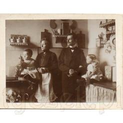 Mama z synkiem oraz ojciec z córeczką w bardzo stylowej kuchni na dawnej fotografii