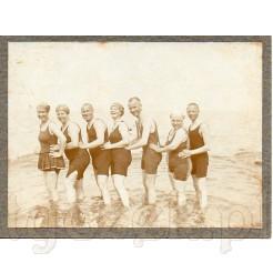Moda plażowa- stroje kąpielowe z dawnych czasów uwiecznione na pamiątkowym zdjęciu