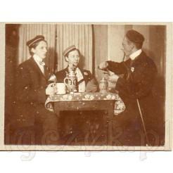 Trzej studenci podczas gry w karty na dawnej fotografii