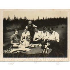 Chwila odpoczynku na kocu oraz oczyszczanie zebranych grzybów uwiecznione na rodzinnej fotografii