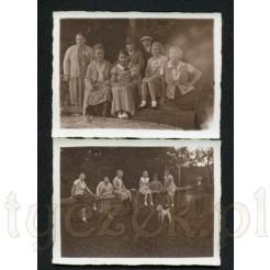 Komplet dwóch pamiątek przedstawiających pozującą rodzinę z pieskiem