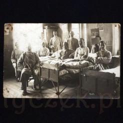 Pacjenci szpitala polowego na dawnej fotografii