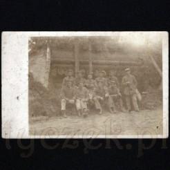 Stara fotografia w formie pocztówki przedstawiająca żołnierzy I Wojny Światowej