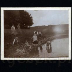 Rodzinny odpoczynek nad rzeką uwieczniony na pamiątkowej fotografii