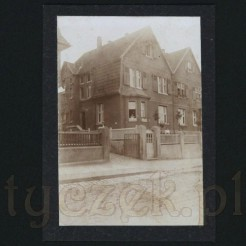 Architektura mieszkalna uwieczniona na czarno białej pamiątkowej fotografii