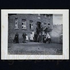 Rodzinna fotografia na tle okazałego gmachu starej kamienicy