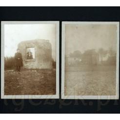 Zdjęcie przy ruinach oraz widok na kamienicę i inne budynki gospodarcze