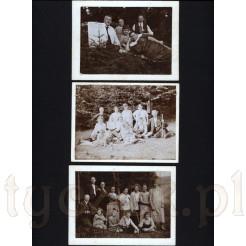 Trzy czarno białe pamiątkowe fotografie przedstawiające pozującą liczną rodzinę