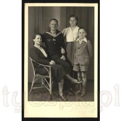 Marynarz i jego rodzina na dawnym pamiątkowym zdjęciu w formie pocztówki