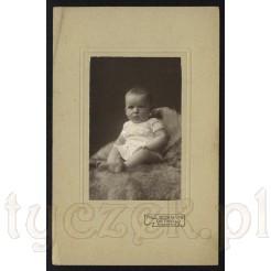 Grzeczna mała dziewczyneczka ujęta na czarno białym zdjęciu