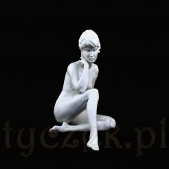 Efektowna rzeźba wykonana została z bawarskiej porcelany pokrytej biskwitem