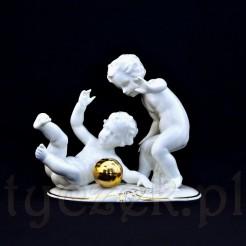 Doskonale zachowana figurka bawiących się dzieci