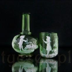 Szklany zestaw pochodzi z XIX wieku.