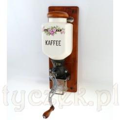 Na pojemniku na ziarna widoczny napis Kaffee