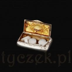 Pudełeczko ma efektownie złocone wnętrze.