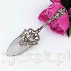 Ażurową nabierkę zdobią ornamenty utrzymane w manierze neobarokowej.