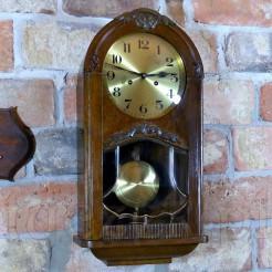 Dostojny zegar zabytkowy do zawieszenia na ścianie w mieszkaniu