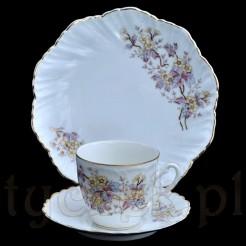 Cenna porcelanowa filiżanka z talerzykami w stylu barokowym