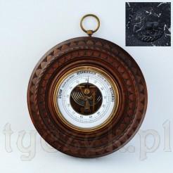 Dekoracyjnie rzeźbiona drewniana skrzynka ze sprawnym barometrem