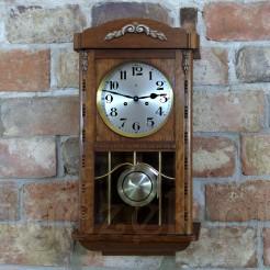 Elegancki zegar zabytkowy mający niemal 100 lat