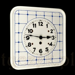 Uroczy zegar wiszący w bieli z niebieską kartką dekoracyjną