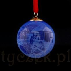 Bombkę zdobiono przepiękna malaturą w bożonarodzeniowym klimacie.