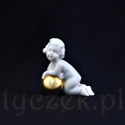 Porcelanowa figurka bawiącego się dziecka