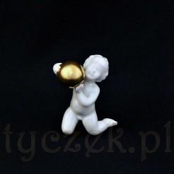 Porcelanowa figurka bawiącego się małego dziecka