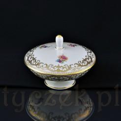 Piękne, złote ornamenty oraz kolorowe kwiaty zdobią kremową porcelanę