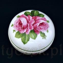 Kwitnące róże na śnieżnobiałej porcelanie zachwycają