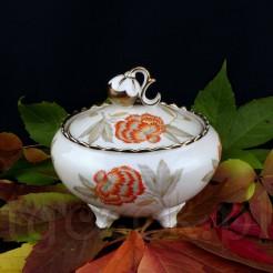 Wyjątkowa bomboniera wykonana została z żarskiej porcelany w odcieniu kości słoniowej