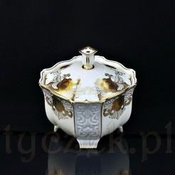 Duża bomboniera na nóżkach wykonana z kremowej porcelany ze złoceniami