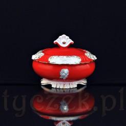 Porcelanowa bomboniera w kolorze czerwono-białym dekorowane złotymi ornamentami w kształcie róż