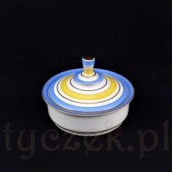 Efektowna bombonierka wykonana została ze śląskiej porcelany w białym kolorze