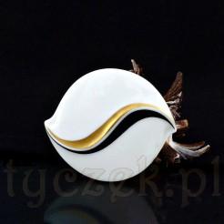Okazała brosza wykonana została ze szlachetnej porcelany Hutschenreuther