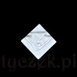 Ciekawa broszka posiada taką formę, że może być przypinana jako kwadrat lub romb