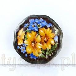 Broszka wykonana z porcelany ze zdobieniem kwiatowym