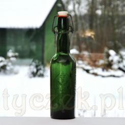Czytelne napisy na szklanej butelce reklamujące browar Fuhrmann Bad Polzin