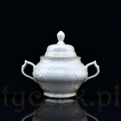 Elegancka cukierniczka wykonana ze szlachetnej porcelany w kolorze lekko kremowym