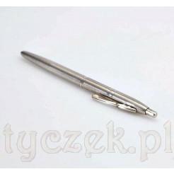 Elegancki długopis zdobiony żłobionymi pierścieniami ułożonymi blisko siebie