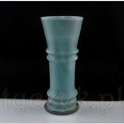 Duży szklany wazon o pięknym wybarwieniu.